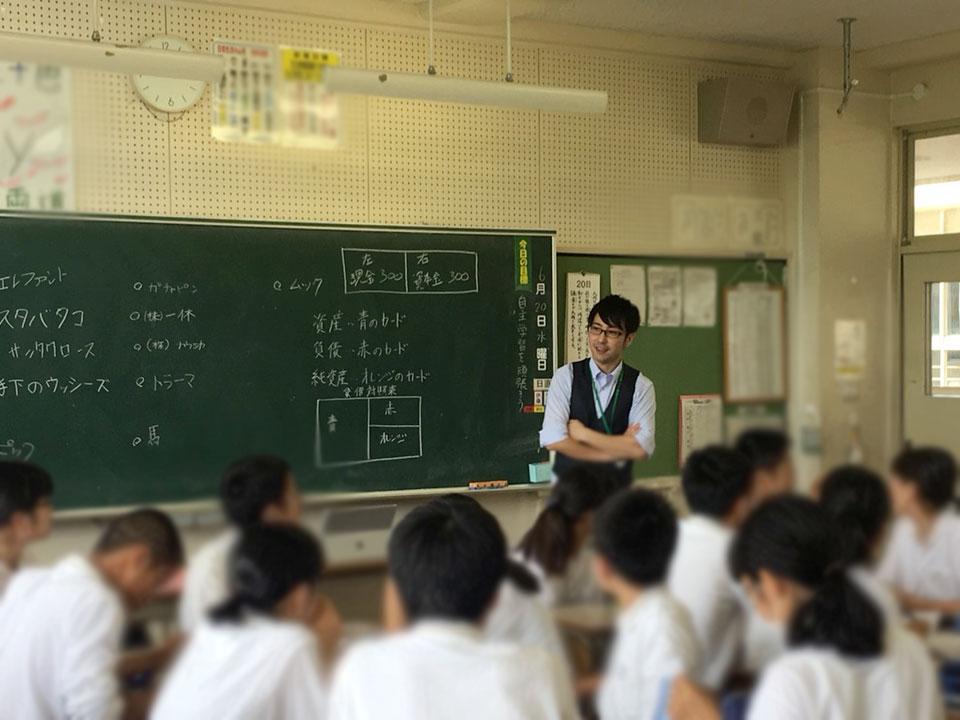 学校で学生のみんなと会社決算書の授業風景