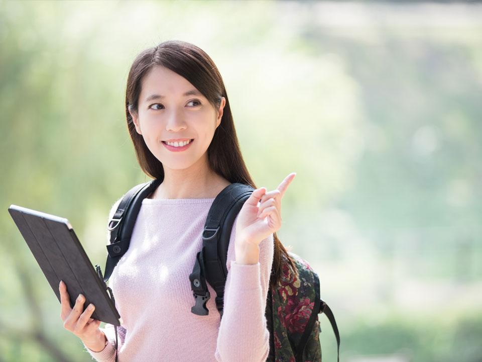 キャンパスで勉強に励む女性