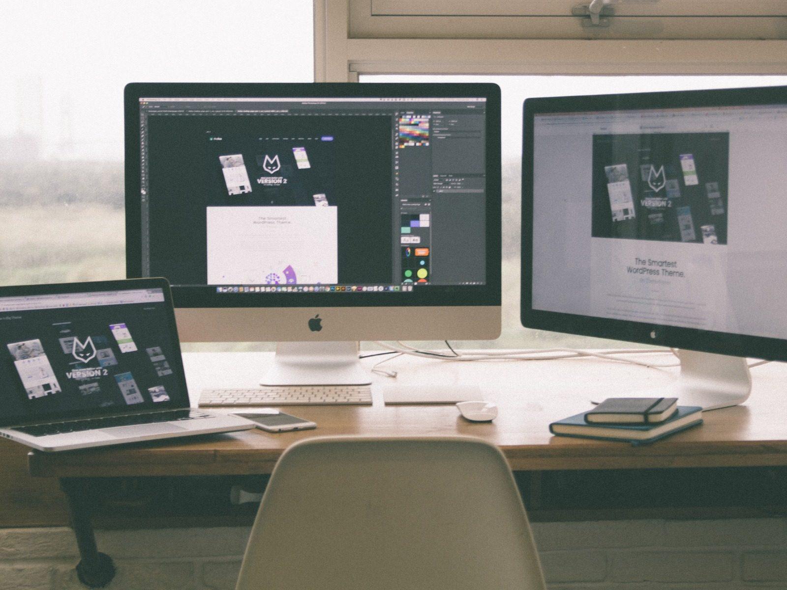 各デバイスでインターネットをするデスクイメージ