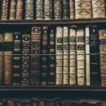 歴史ある古い本と本棚