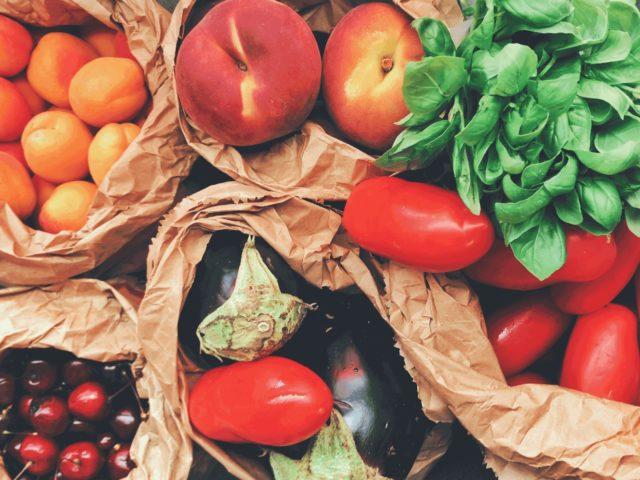 新鮮な野菜や果物の写真