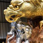 金の鷲と銀のトラの対峙風景